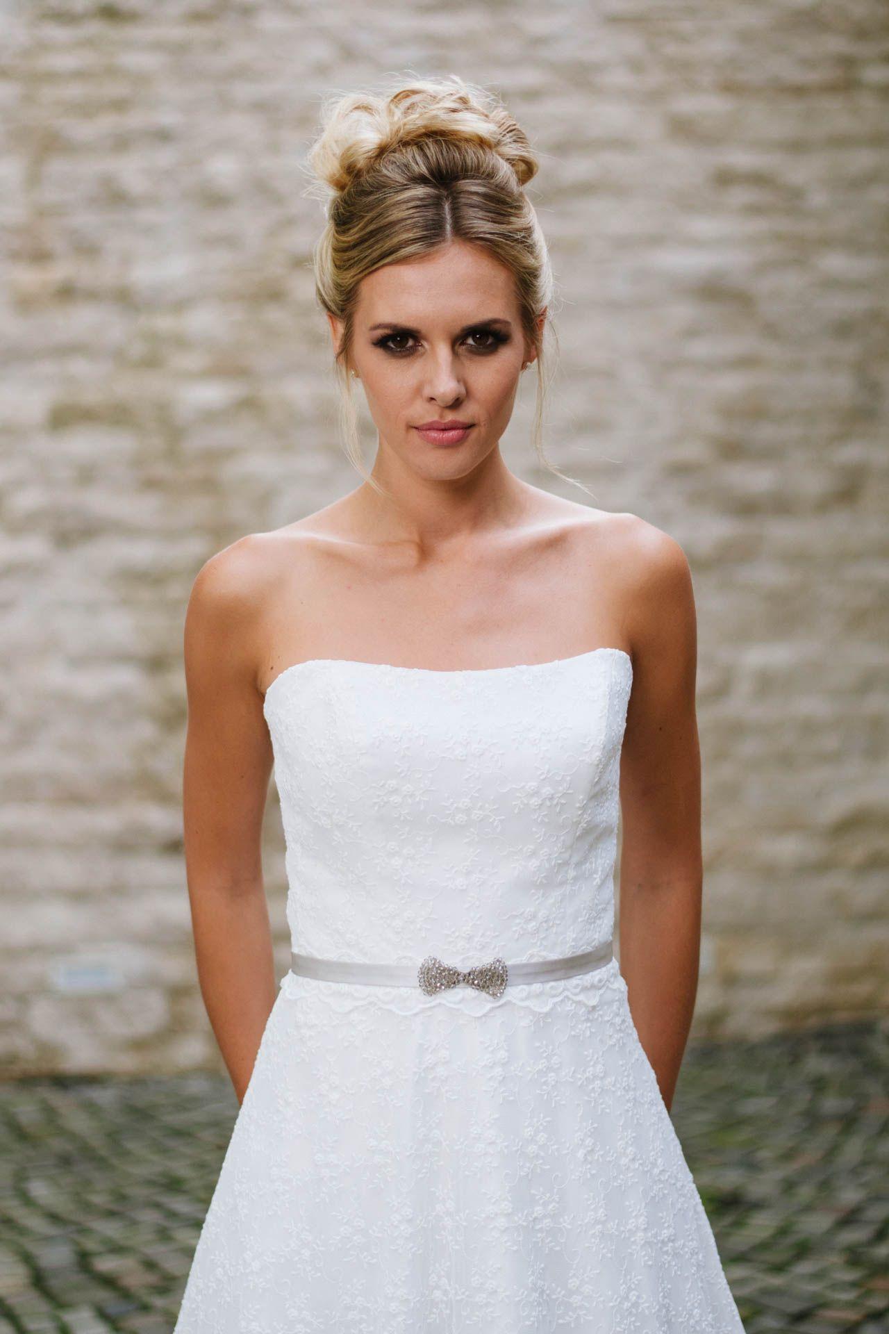 Ein Trägerloses Brautkleid Mit Toller Blümchenspitze