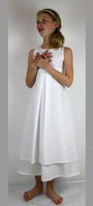 Ein Weißes Schlichtes Kommunionkleid Aus Feiner Baumwolle