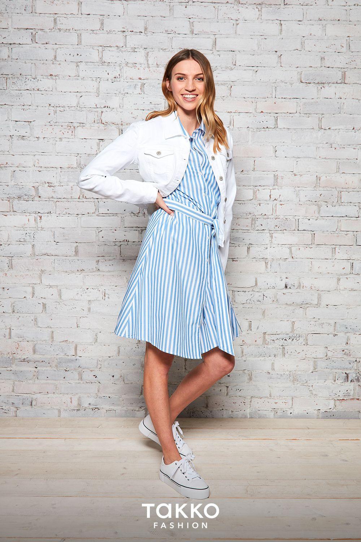 Einfach Zum Streifenkleid Eine Weiße Jeansjacke