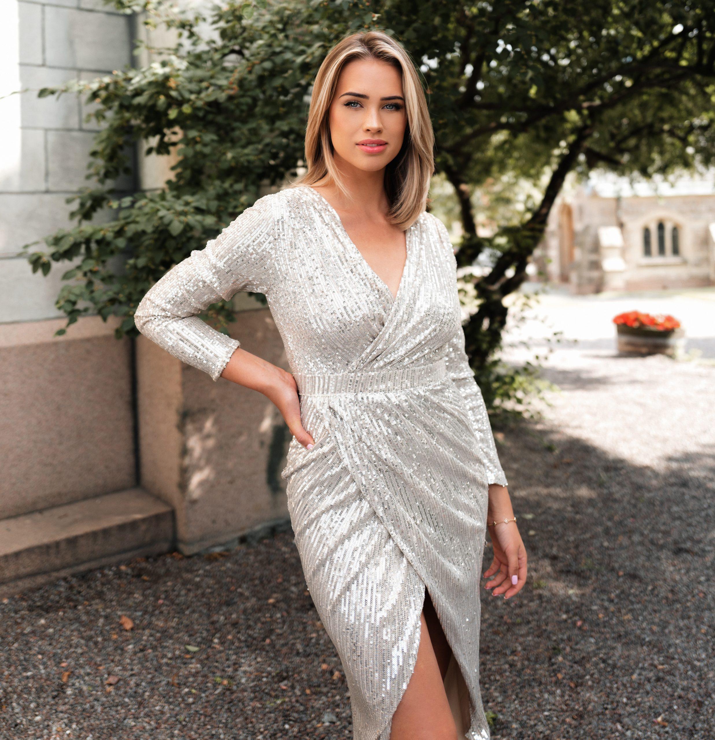 Exklusives Paillettenkleid In Silber  Martini Auf Dennis