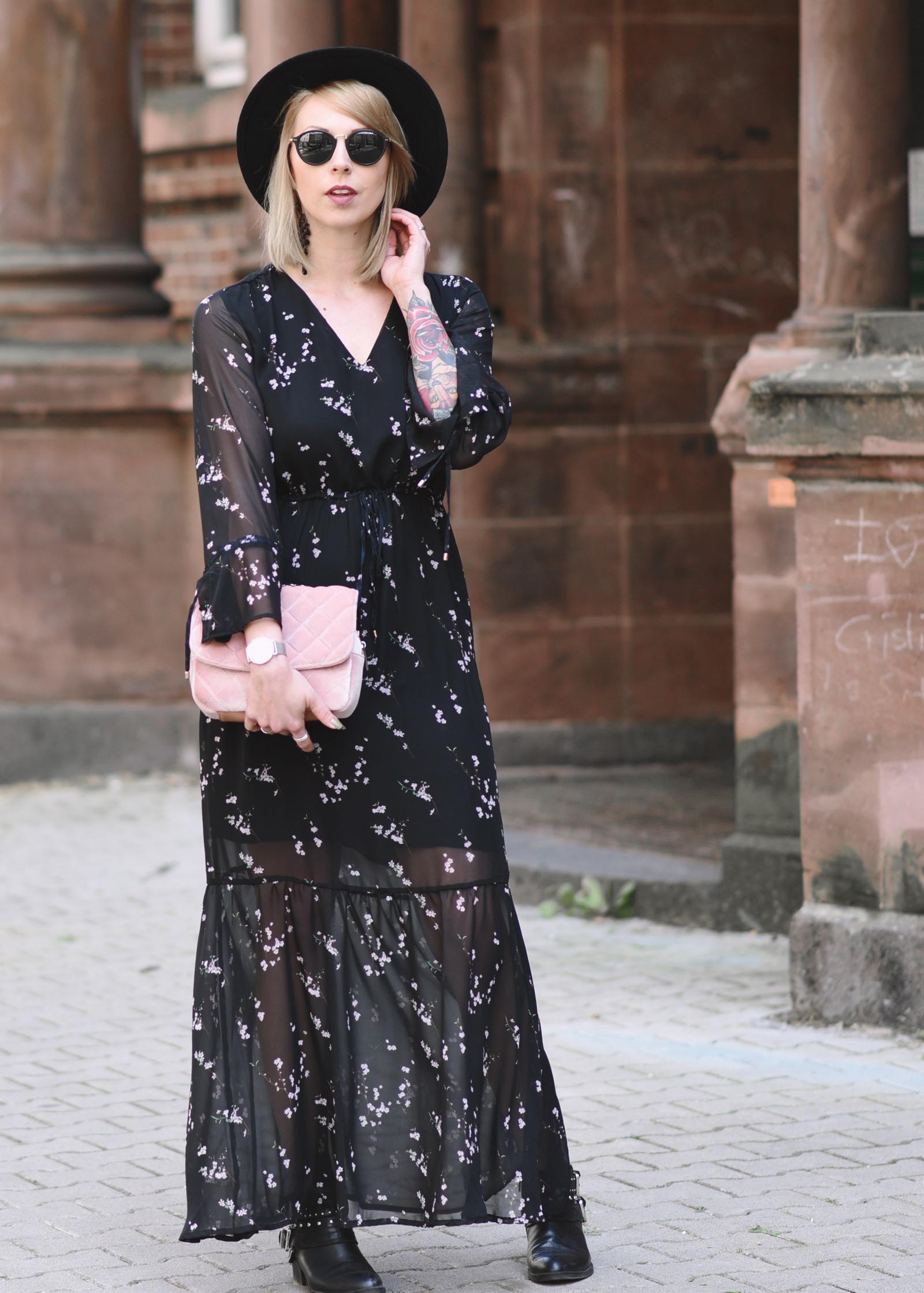 Fashionblogger Outfit Maxikleid Lederjacke Statement