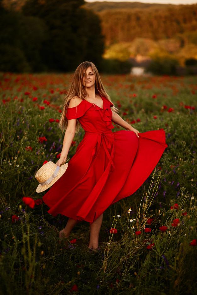 Frau Im Roten Kleid Wirbelt Herum Auf Dem Feld Mit