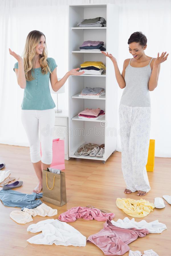 Frauen Die Unten Einkaufstasche Und Kleidung Auf Boden