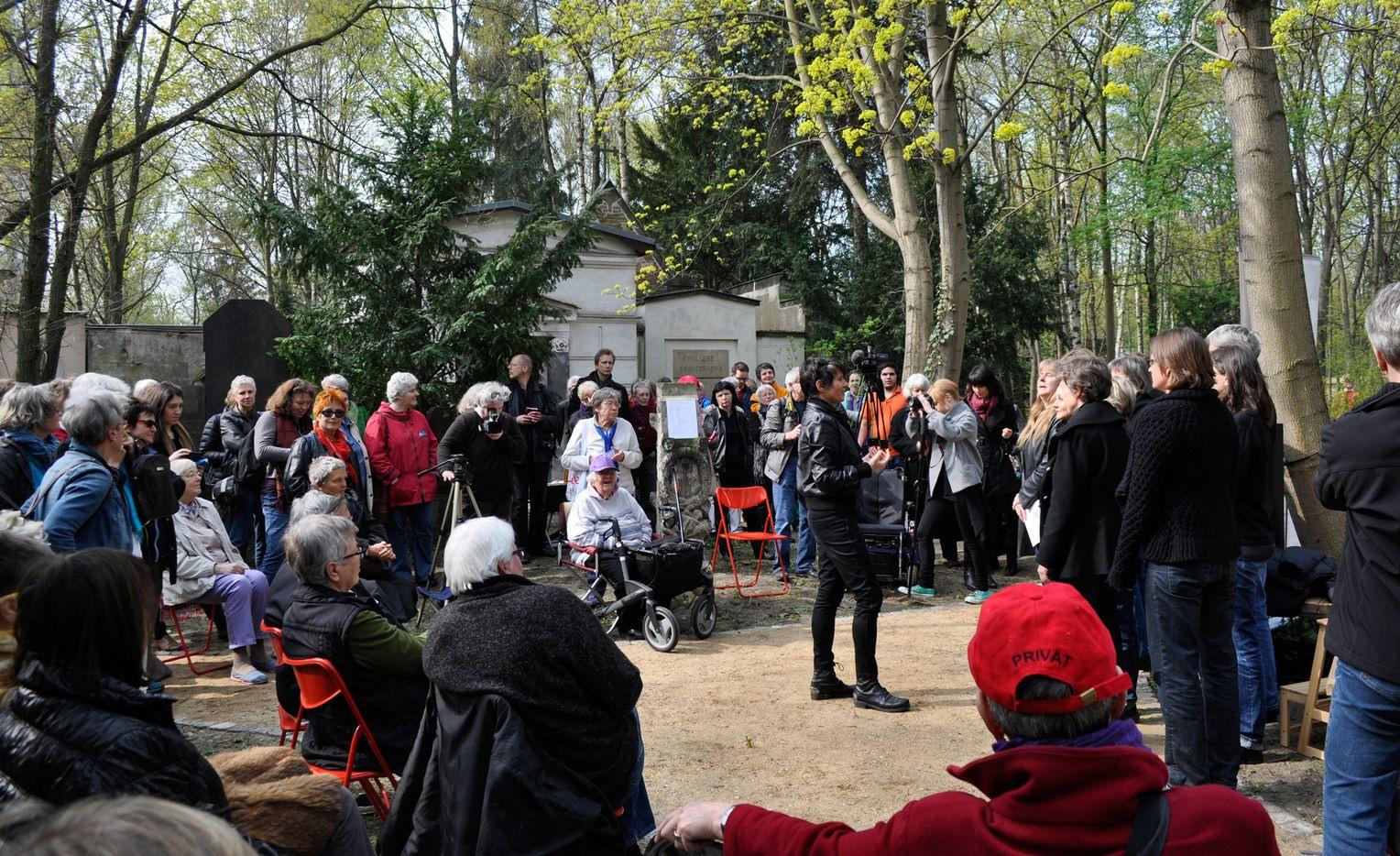 Friedhof Für Lesben In Berlin Eröffnet  Der Spiegel