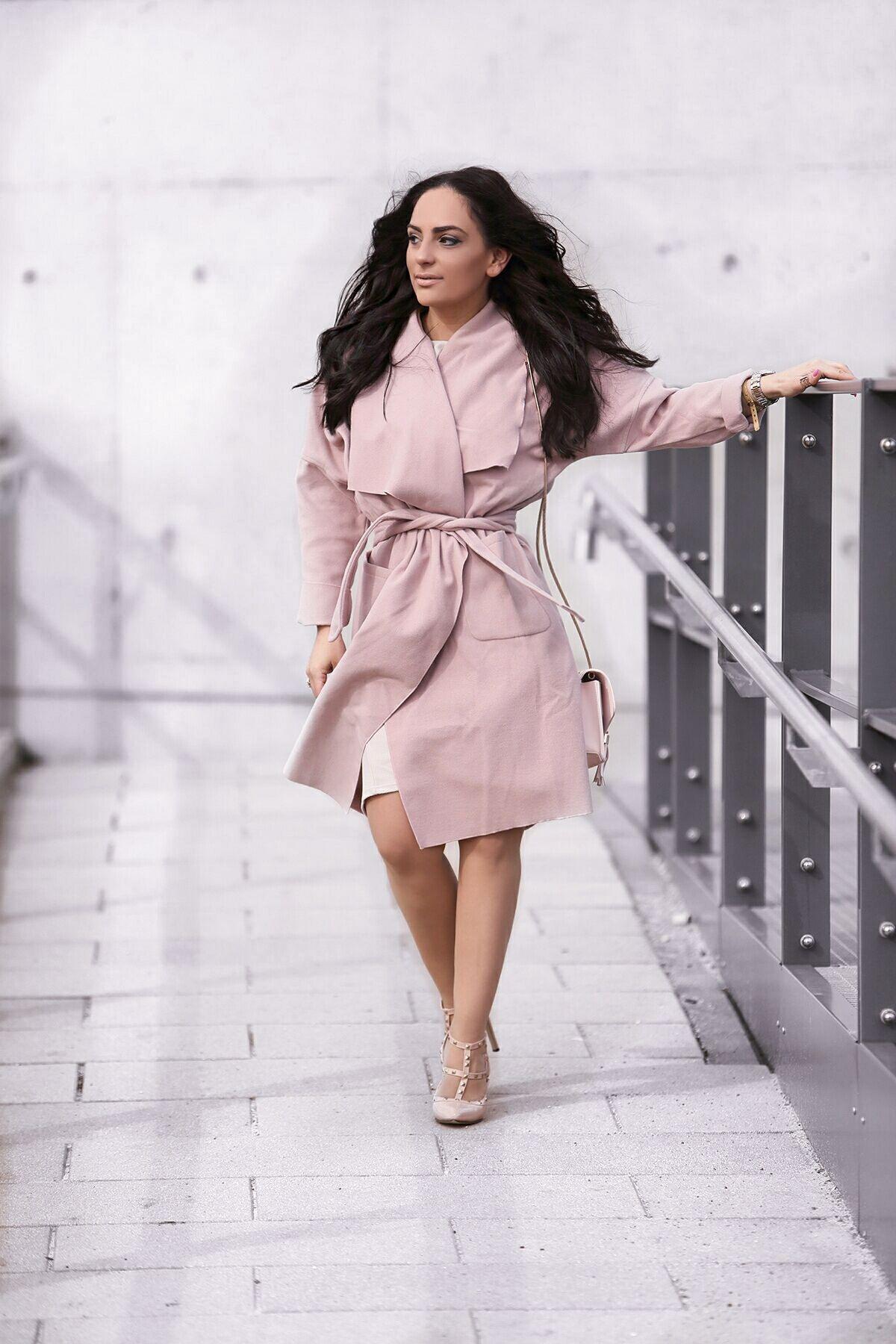 Frühlingsoutfit Kleid Mit Schleife Und Rosa Mantel