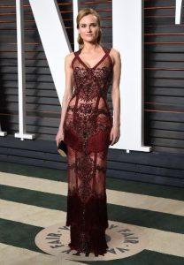 Gewagtes Abendkleid Frau Kruger Das Transparente Tief Dunkelrote Kleid Hatte Einen Etwas