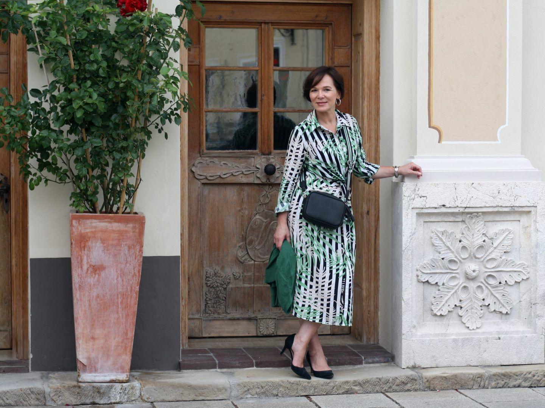 Hemdblusenkleid In Midilänge Schick Gestylt Für'S Büro