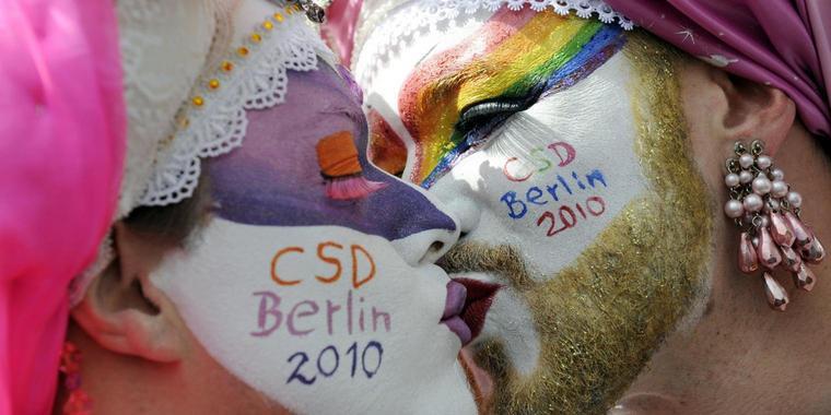 Homodemo  Tausende Schwule Und Lesben Paradieren Durch