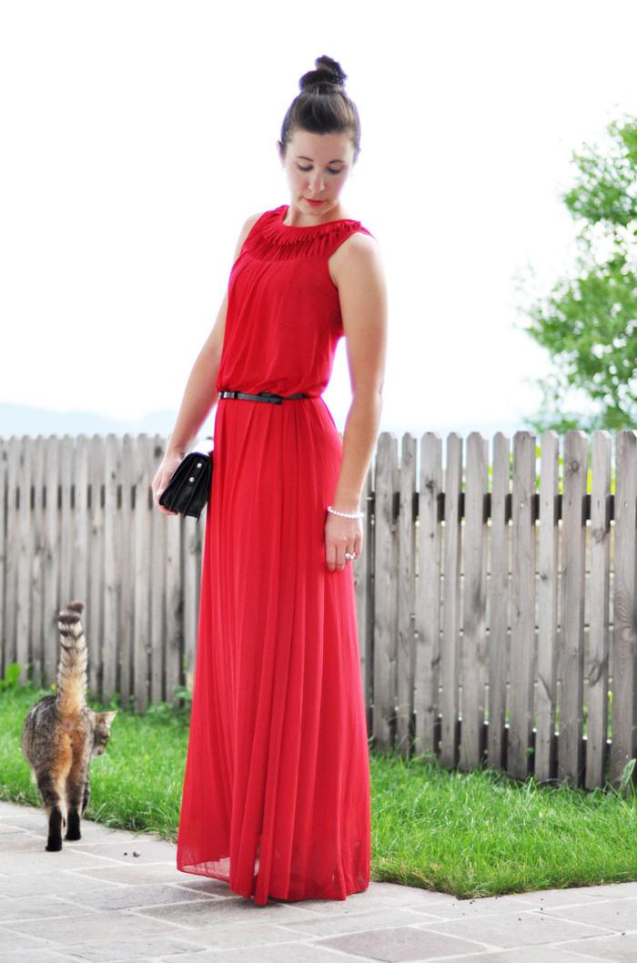 How To Style A Small Black Bag 2 Mit Einem Roten Maxikleid