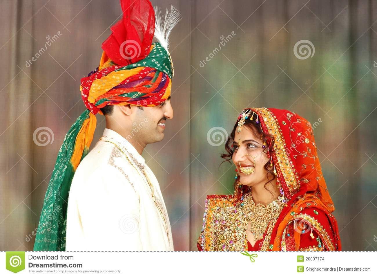 Indische Paare In Der Hochzeitskleidung Stockfoto  Bild