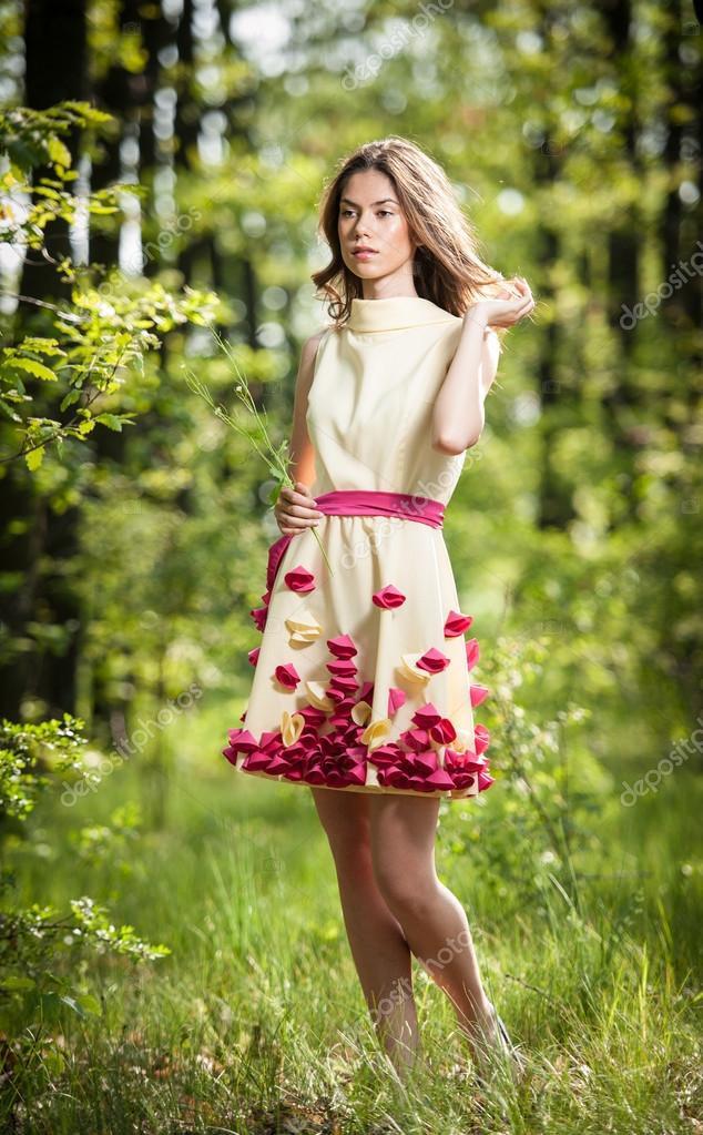 Junge Schöne Mädchen In Einem Gelben Kleid Im Wald