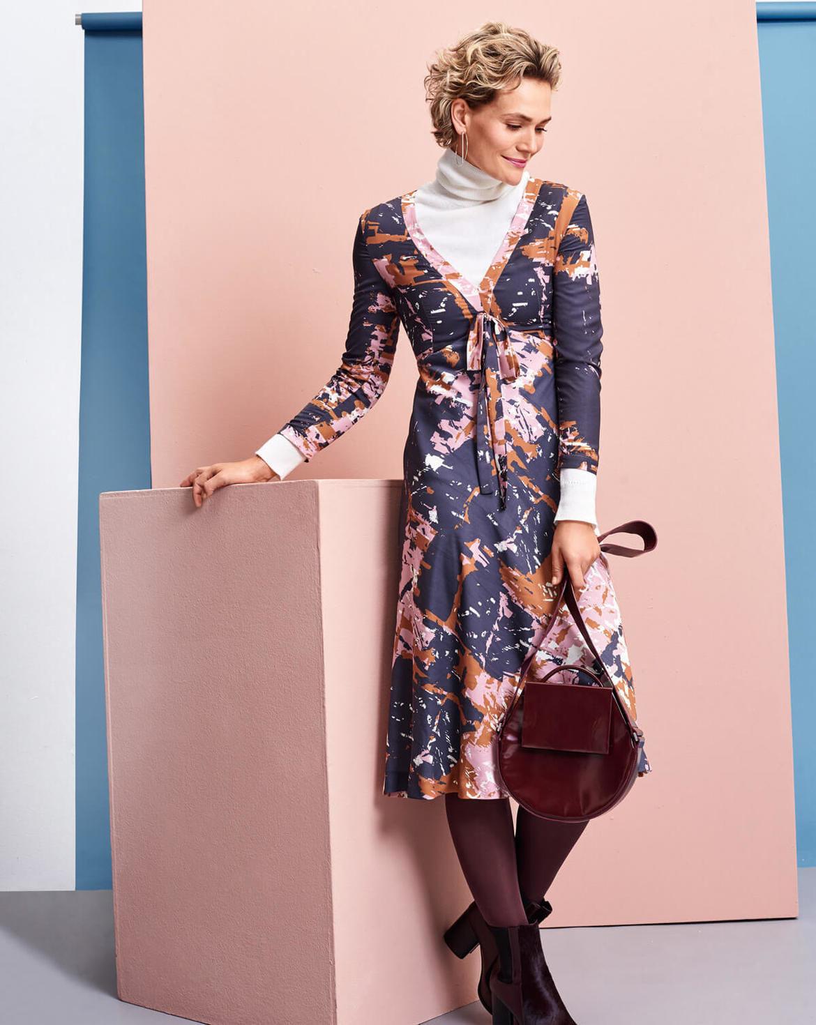 Kleid Mit Tiefem Vausschnitt 12/2017 107A  Mode Zum