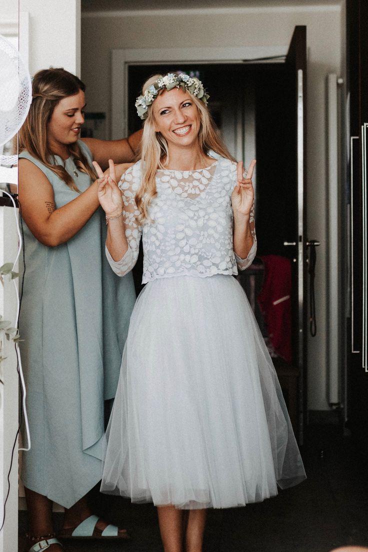 Kurzes Brautkleid Mit Tüllrock Und Spitzentop In Blau