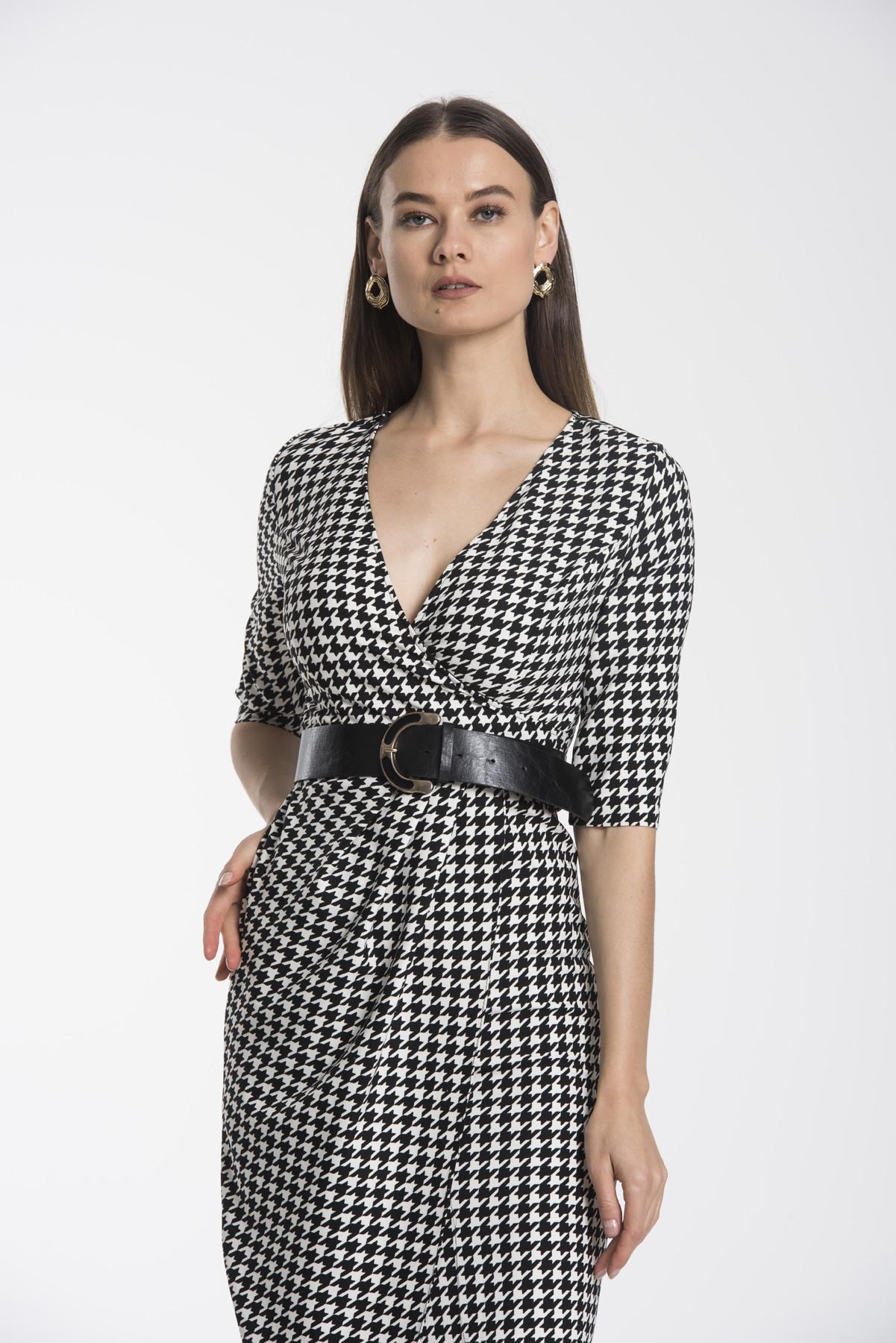 Kurzes Kleid In Wickeloptik Mit Gürtel Vausschnitt