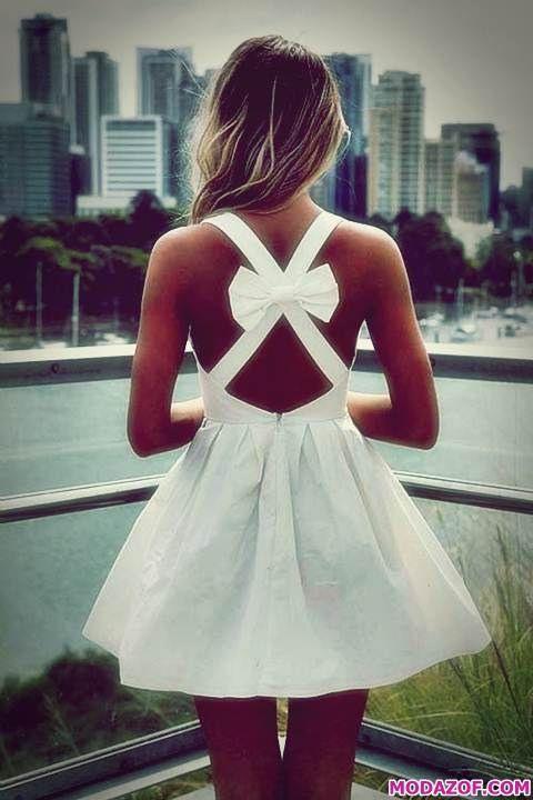 Kurzes Weißes Rückenkleid Im Freien  Hochzeit Und Braut