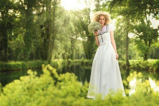 Langes Perlmuttfarbiges Brautkleid Aus Seide Mit