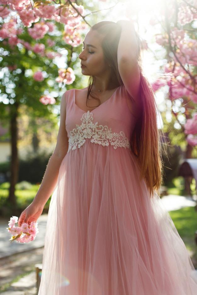 Mädchen Im Rosa Kleid Steht Unter Blühendem Kirschblüte