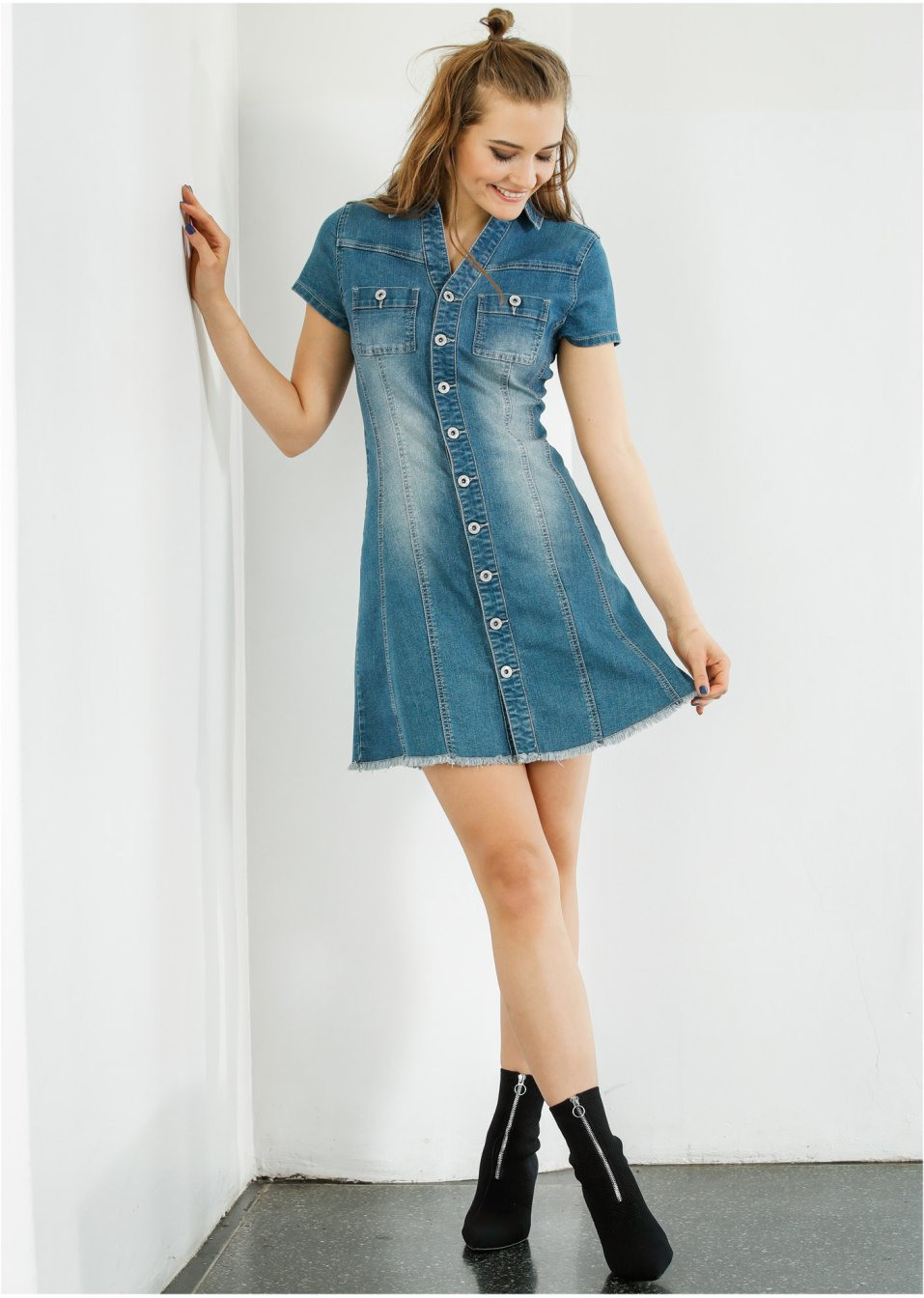 Modisches Kleid Tailliert Aus Jeansstoff Mit Knöpfen