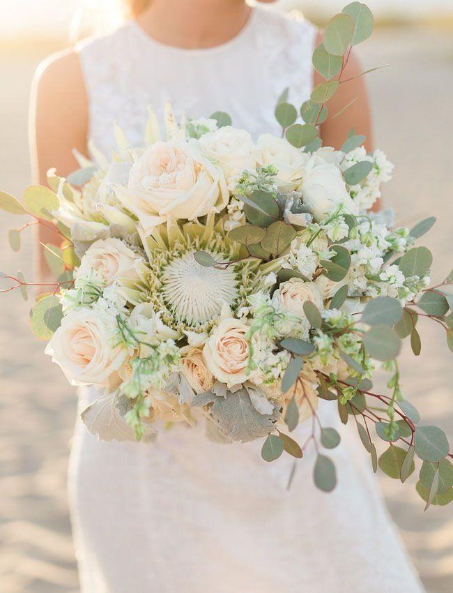 Natürlicher Brautstrauß In Creme Und Grün Mit Protea