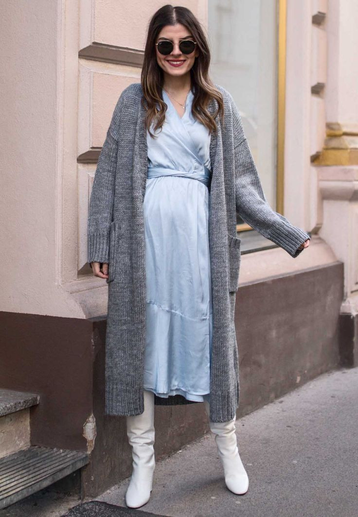 Neslihan Trägt Ein Langes Hellblaues Luftiges Kleid Sie