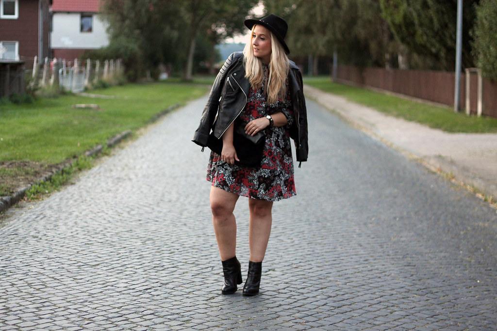 Outfit Geblümtes Kleid Stiefeletten Und Hut  Fashion