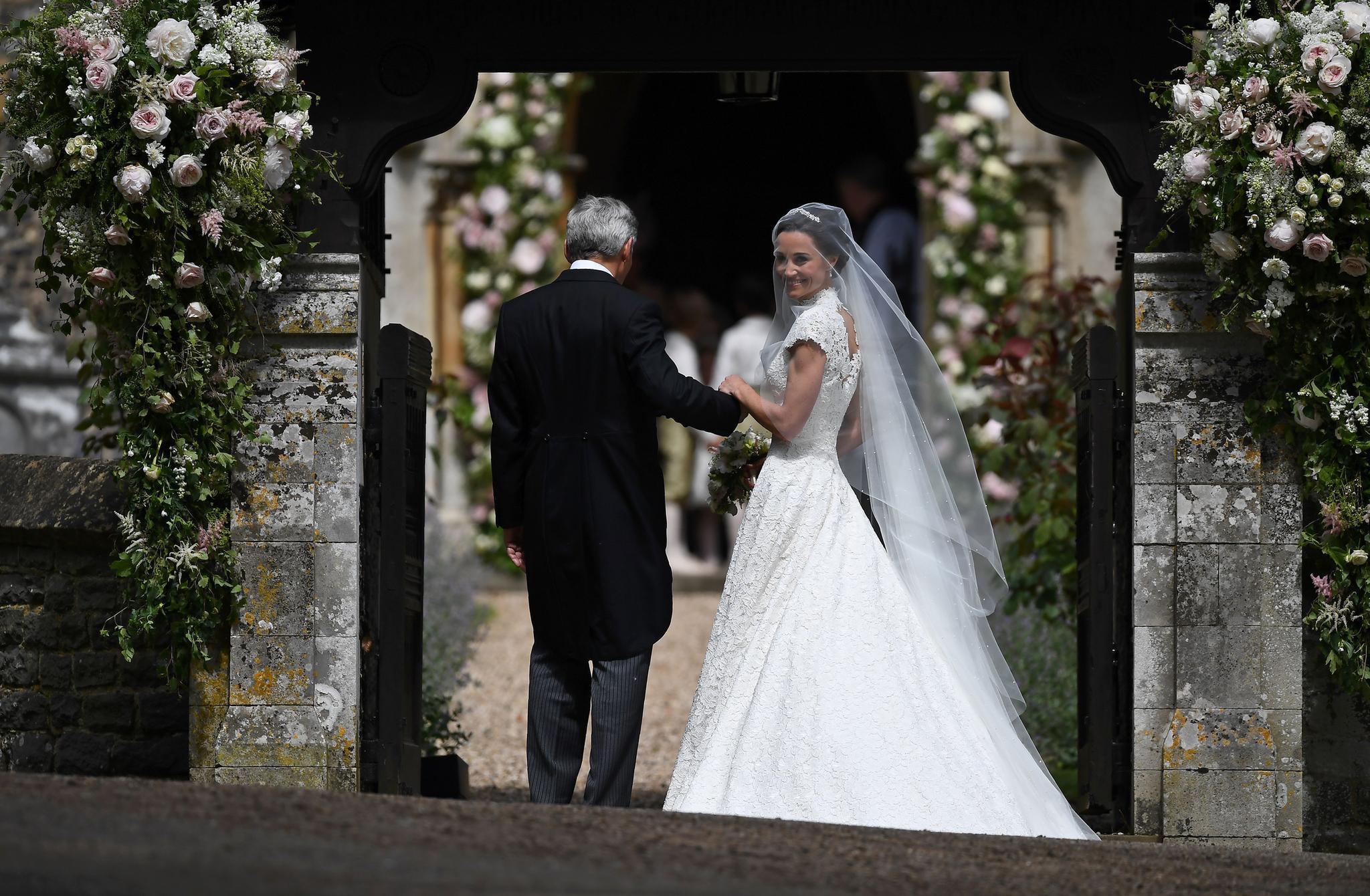 Pippa Middleton Ihr Brautkleid Ist Von Giles Deacon  Galade