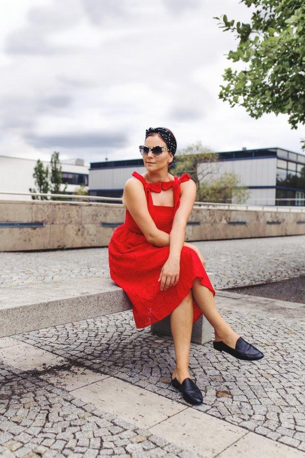 Rotes Kleid Mit Lochstickerei Matt  Nat Baxter Tasche