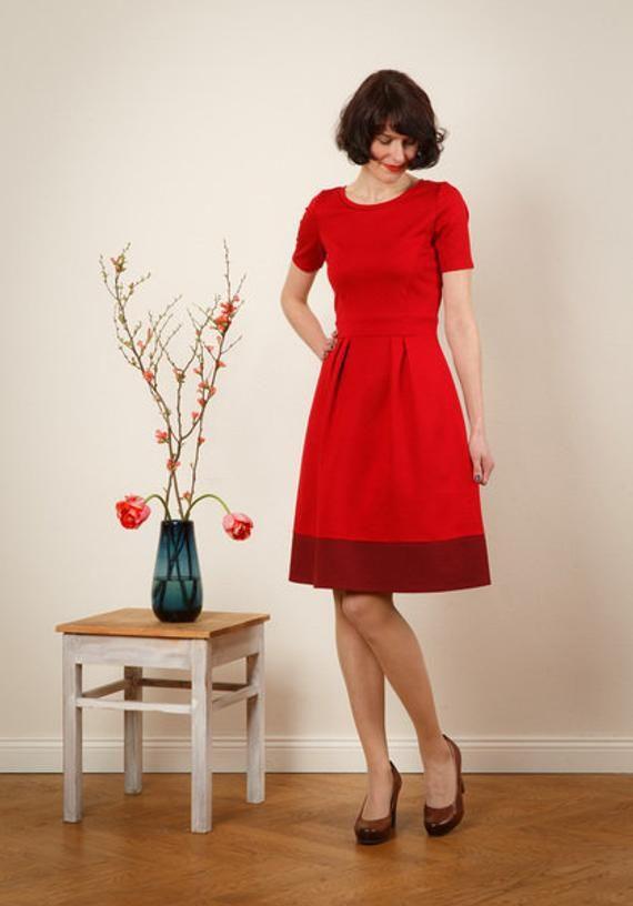 Rotes Tailliertes Kleid Lotta Mit Rundhalsausschnitt Und