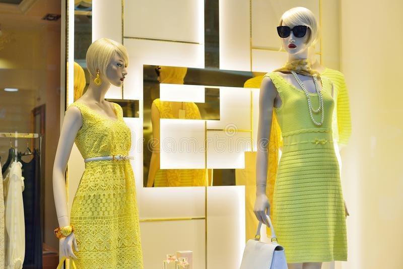 Schaufenster Mit Frauen  S Kleidung Stockfoto  Bild Von