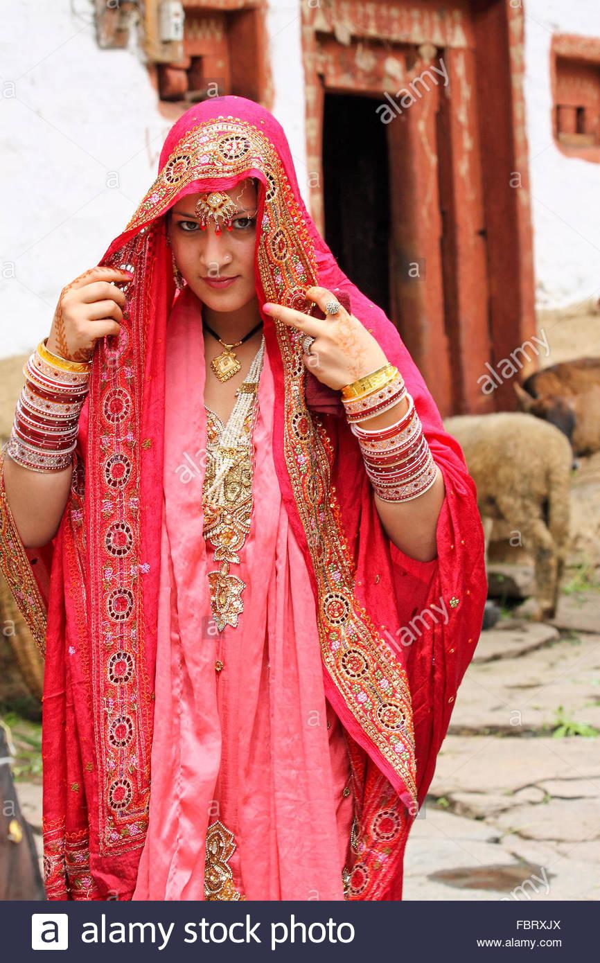 Schöne Indische Braut Gekleidet In Traditionelle Hochzeit