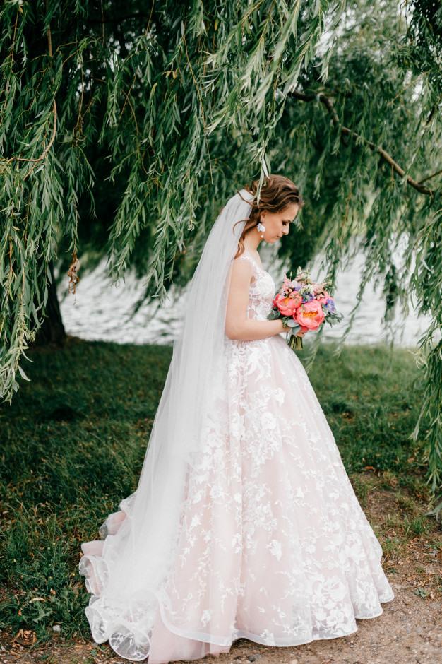 Schöne Junge Braut Im Weißen Hochzeitskleid Das Im Freien