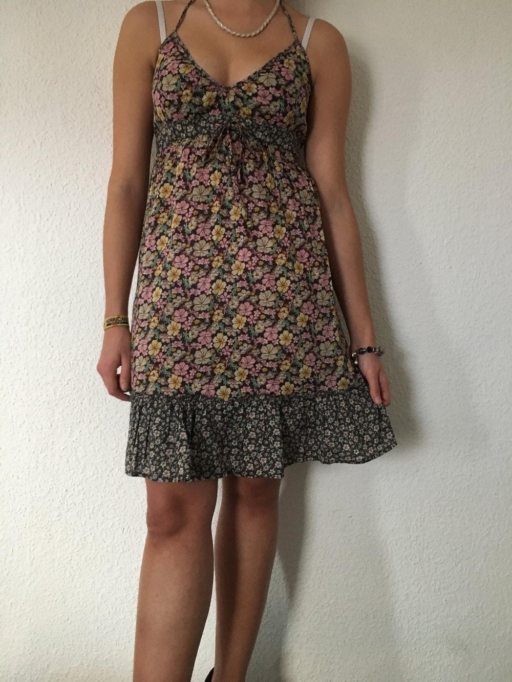 Schönes Kleidchen Mit Buntem Blumenmuster In 36 Kleid H