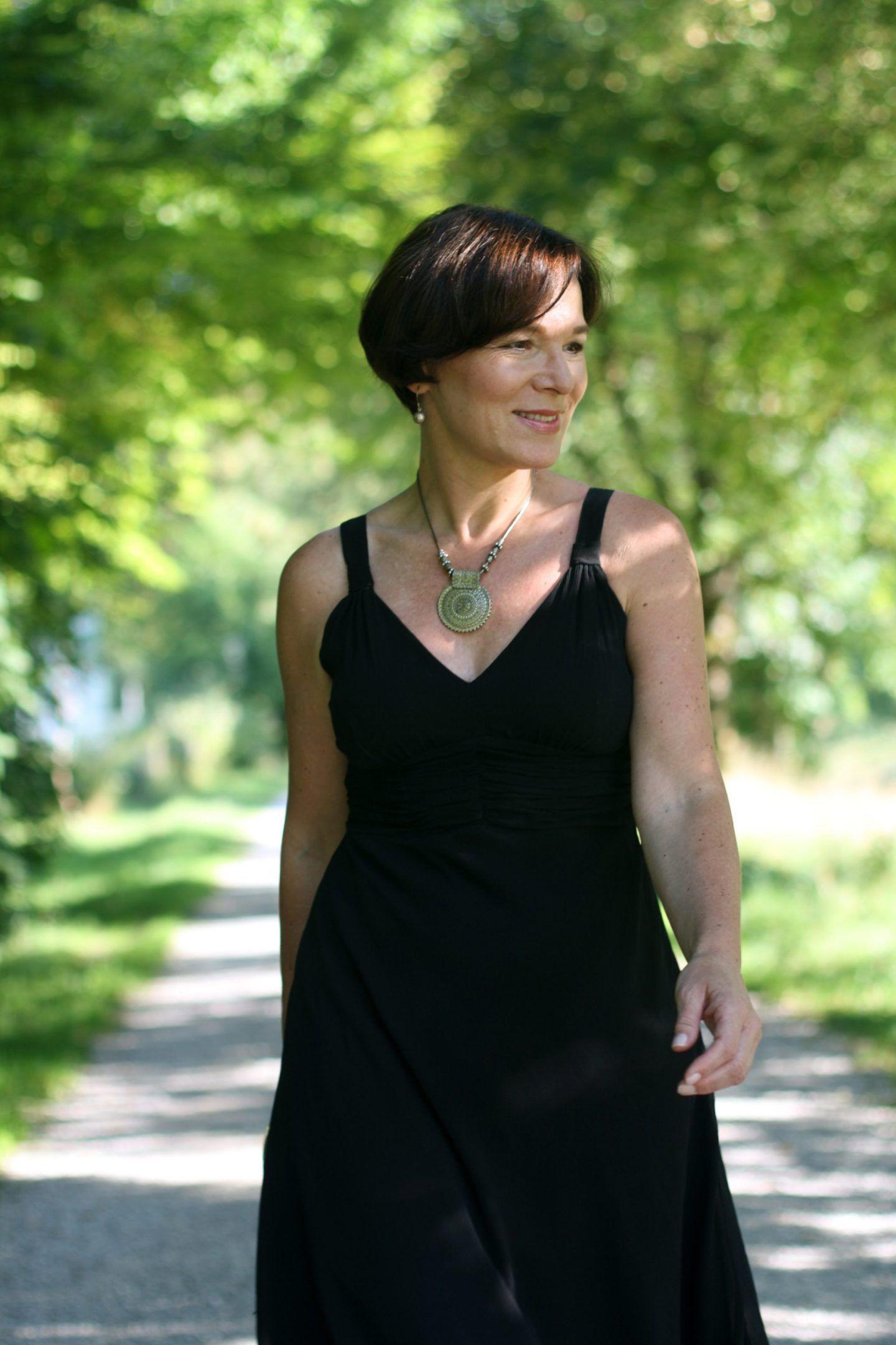 Schwarzes Rückenfreies Kleid Und Meine Erfahrung Mit