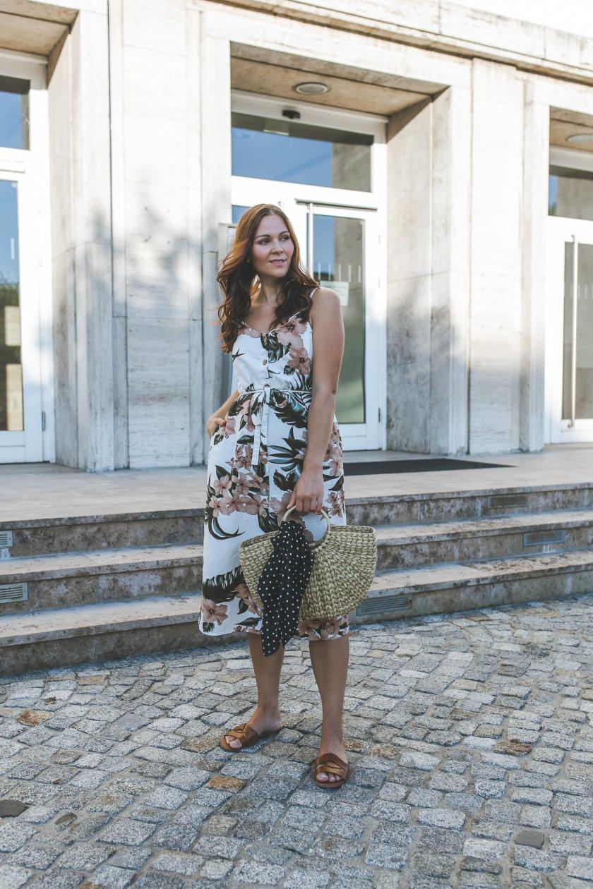 Sommer Outfit Mit Blumenkleid Strohtasche Und Braunen