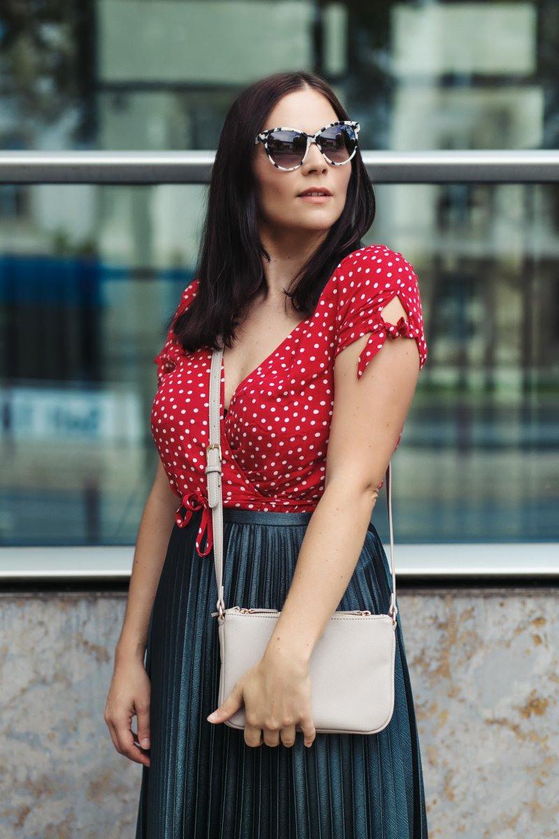 Sommer Outfit Mit Wickelkleid Plisseerock Und Roten