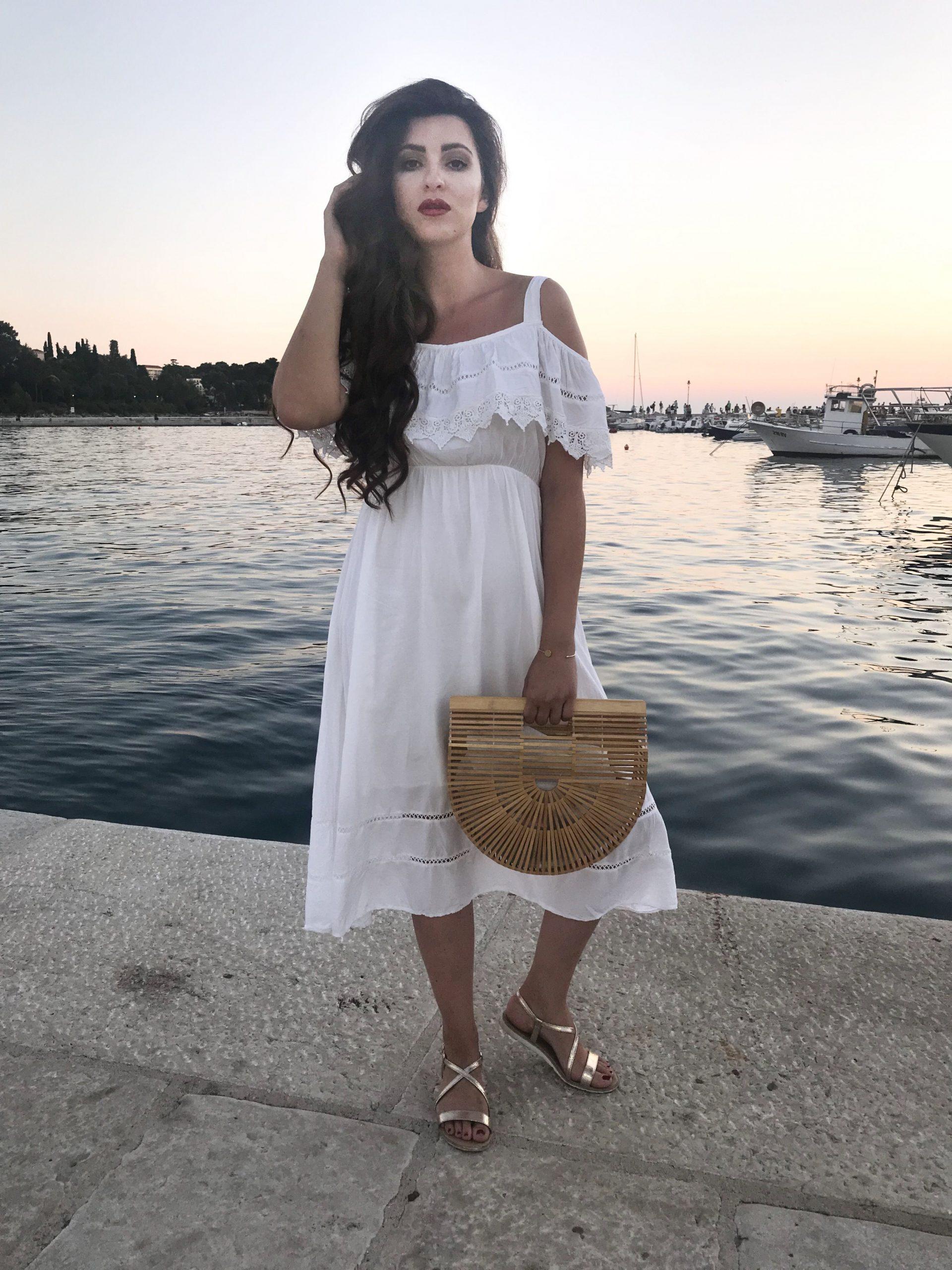 Sommer Outfit Weißes Midikleid Volants Bambus Tasche