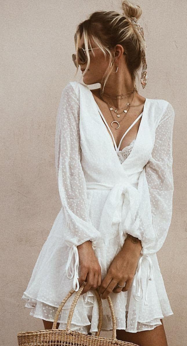 Sommer Outfits Weißes Spitzenkleid Mit Tiefem V