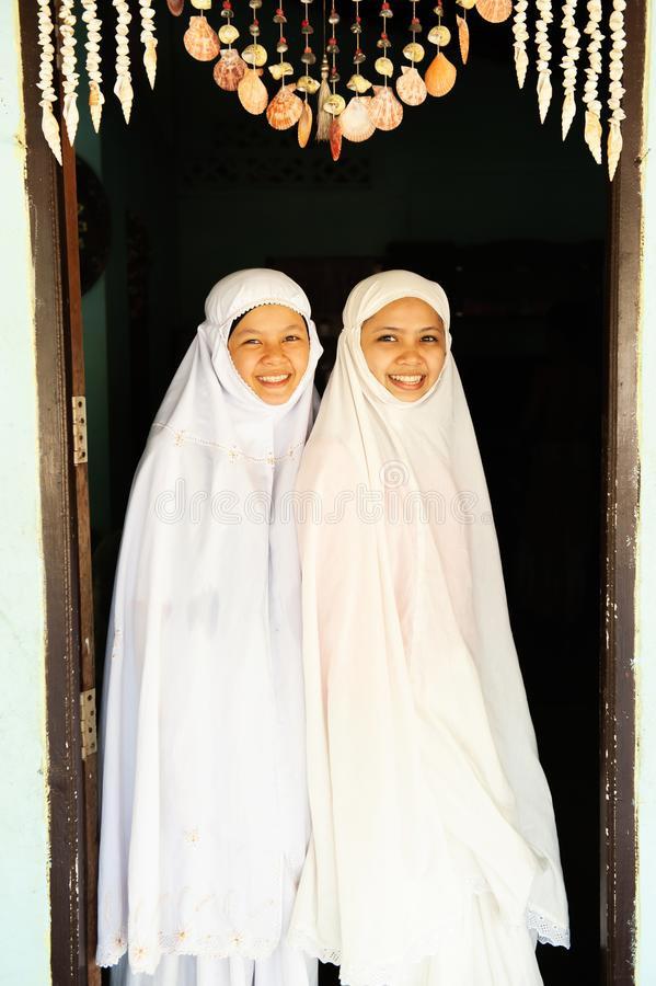 Thailndische Moslemische Frauen Mit Rohr Auf Der Suche