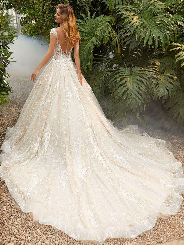 Traumhaftes Brautkleid Mit Spitzenapplikationen Auf