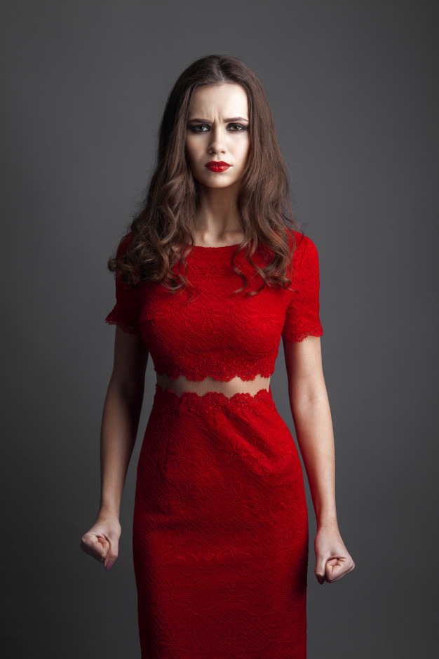Verführerische Frau Im Roten Kleid Über Grauem Hintergrund