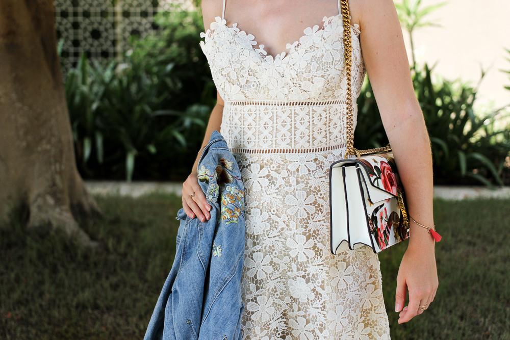 Weißes Spitzenkleid Jeansjacke Mit Stickereien  Gucci