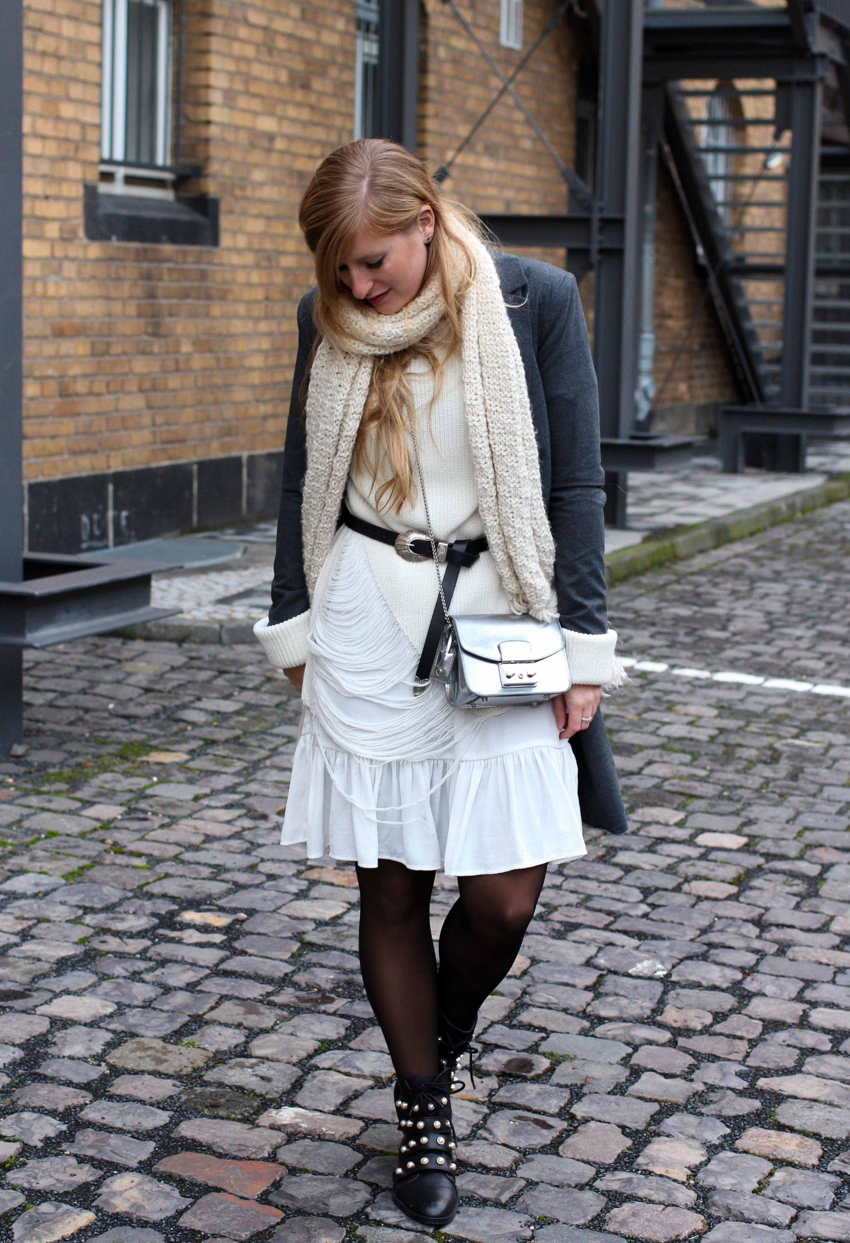 Winterlayering Weißes Kleid Ripped Pullover  Schwarze
