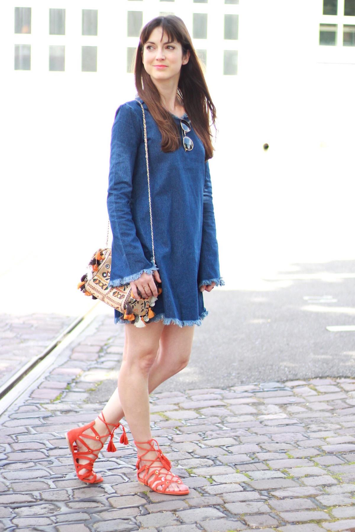 Outfit Fransen Jeanskleid Lace Up Sandalen Orange Und